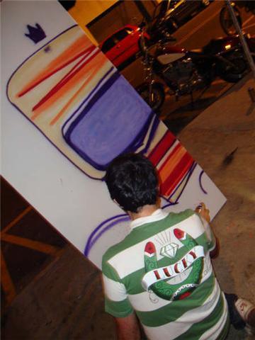 Rapaz (eu vou por seu nome) do Studio Tarja Preta fazendo painel de grafite.