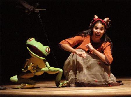 """Cena do espetáculo: """" O Casamento da Baratinha"""" da Cia. Stromboli."""